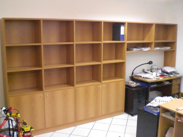 libreria con scrivania incassata